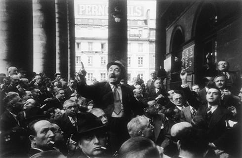 Devant la Bourse - Robert Capa – 1932